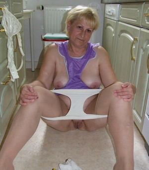 amateur milf flashing