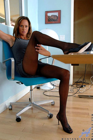mature pantyhose pussy